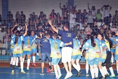 Atletas e integrantes da comissão técnica festejam o bi-campeonato do Medianeira na disputa feminina