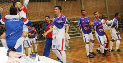 Rafa Castro comemora abraçado ao técnico Douglas o gol de pênalti no fim do jogo