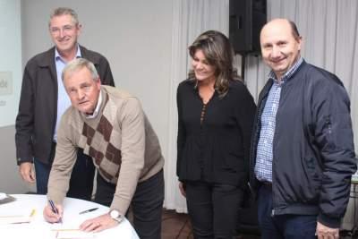 Registro do momento da assinatura de Rim em seu novo partido