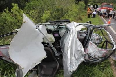 Com a batida, automóvel ficou completamente destruído