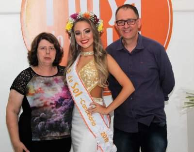 Júlia com o secretário de Turismo, Jorge Mallmann, e a colunista social da Folha, Odete Jochims