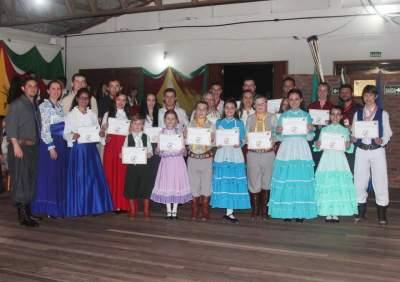 Os formandos do curso de dança com os professora Leandro e Jaqueline