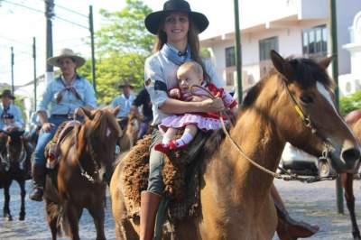 Desfile de cavalarianos festeja o Dia do Gaúcho em Candelária