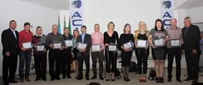 Imagem coletiva das empresas homenageadas com dirigentes da Acic