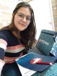 A mais nova aluna da Wizard Candelária, Larissa Weide, está aproveitando o momento para dar início ao curso de inglês