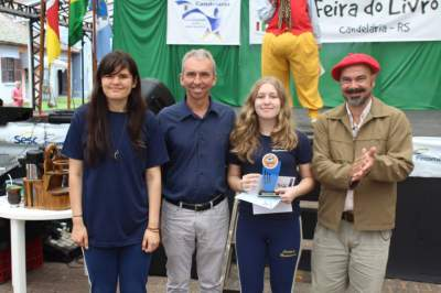 A premiação da primeira colocada na categoria infantojuvenil