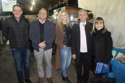 A patrona da feira, ao lado de Jorge Mallmann, o vice prefeito Nestor Ellwanger, o prefeito Paulo e Marilde de Oliveira
