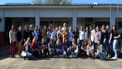 """Danieta (no centro) com professores: """"nosso aluno tem orgulho da escola"""""""