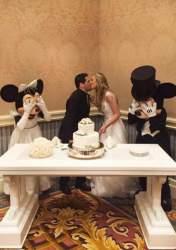 Os noivos com os padrinhos Mickey e Minnie