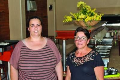 A administradora Alexandra da Rocha e a funcionária Vanilda Goulart convidam a comunidade para a reabertura do Restaurante Aba Michels na noite deste
