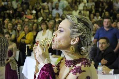 Cássia beijou a coroa, antes de entregar para a Aline
