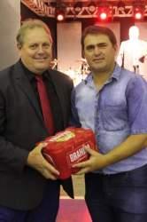 Vice-prefeito, Larri, entregou para o representante de Maria Eduarda o prêmio de melhor torcida