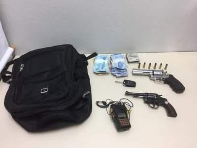 Revólveres e o dinheiro levado pelos criminosos foram apreendidos