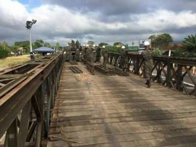 Militares já deram início ao trabalho de retirada da ponte móvel (Foto: Augusto Oberdiek)