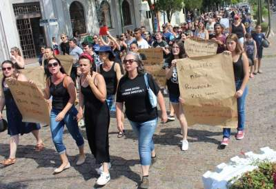 Professores e profissionais da educação do estado levam protesto para as ruas