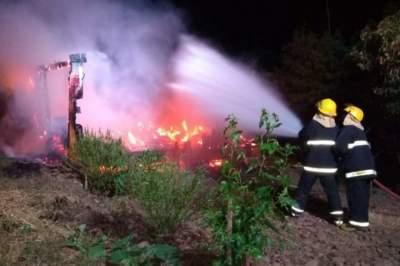 Incêndio destrói chalé no bairro Marilene