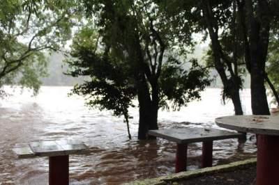 Águas já se aproximam da área do restaurante