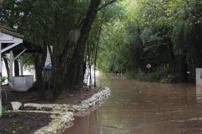 Outra imagem mostra o avanço das águas na Prainha