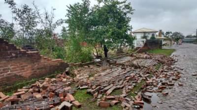 Ventania derruba parte muro do Estádio Darcy Martin