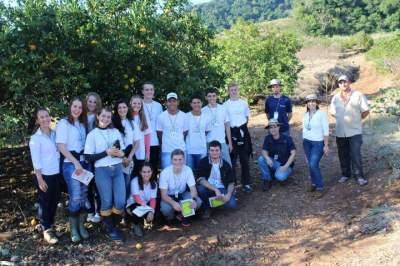 Uma aula de fruticultura para jovens