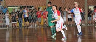 Rafinha corre para festejar o quarto gol do Atlético, anotado de pênalti