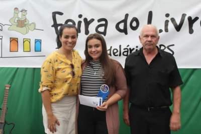 A premiação de Heloísa, terceira colocada na categoria infantojuvenil