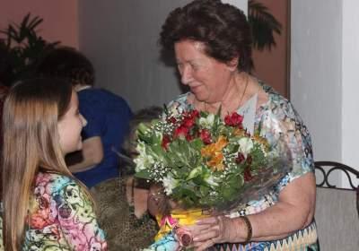 Caroline Hirsch entrega flores para Elyata Emmel