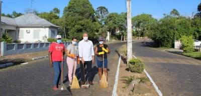 Trabalhos de limpeza nos canteiros da cidade