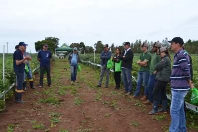 Vanderlei Fritz, da Sollus Agrícola, em conversa com os produtores durante o evento