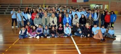 Os alunos com o vice-prefeito Nestor Ellwanger e a Secretaria de Educação Esther Spengler