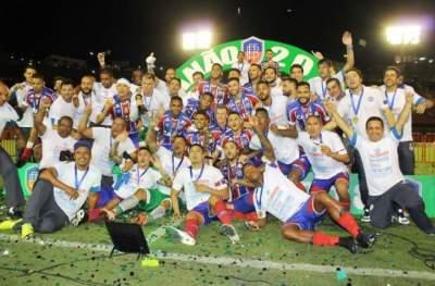 Douglas comemora o título baiano de 2018 - Fotos: Carlos Santana / Federação Baiana de Futebol