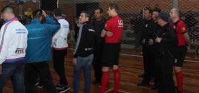 Os árbitros cercados pela segurança no final da partida: Saída com a proteção da BM