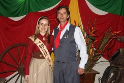 A prenda adulta, Natália Rutsatz, com Idalgo Daniel da Silva, avaliador artístico e cultural da 5ª RT