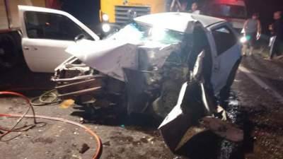 Acidente entre carro e caminhão deixa três feridos