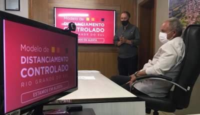 Ao lado do prefeito Rim, o coordenador do COE, Jorge Mallmann, detalhou as mudanças com a bandeira vermelha