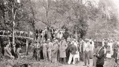 Inauguração festiva de uma pinguela sobre o arroio entre as décadas de 30 ou 40. Primeiro templo evangélico ficava do outro lado do arroio
