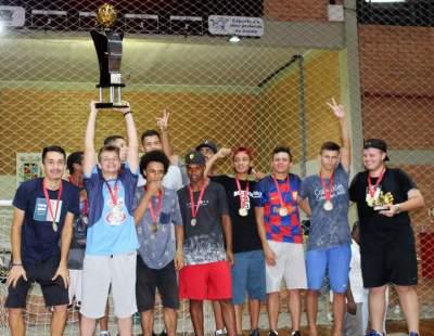 Atletas do FCC/Beise com o troféu de campeão
