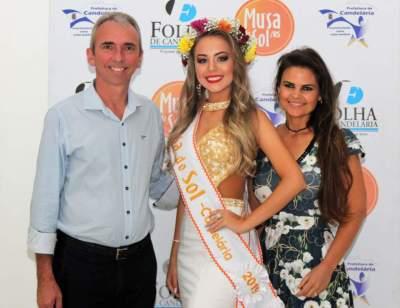 Júlia com o prefeito Paulo e a primeira-dama e secretária de Indústria e Comércio, Gabriela Butzge