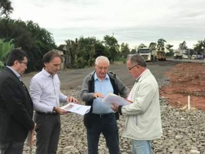 Secretário Juvir Costella vistoria obras no trevo da Marilene