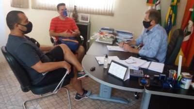 Douglas Braga e Rafael Siqueira Oliveira com o prefeito de Cerro Branco, Edson Lawall