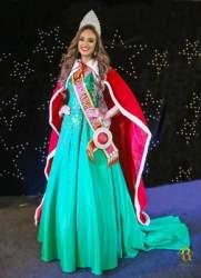 Emanuela Schuster com a coroa e faixa do título de Miss RS Juvenil