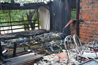 Incêndio destrói casa na Praia Carlos Larger