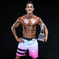 Charles com o troféu conquistado em competição de fisiculturimo