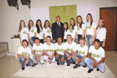 A turma de formandos com o diretor-presidente do Instituto Crescer Legal, Iro Schunke e a educadora Cristiana Rehbein