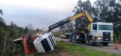 Caminhão tomba na RSC 287