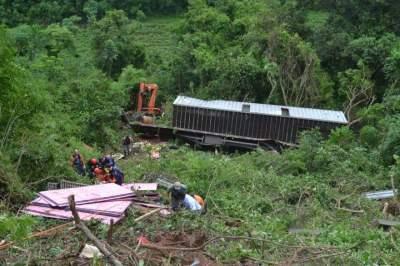 Caminhão despencou de uma altura entre 80 e 100 metros
