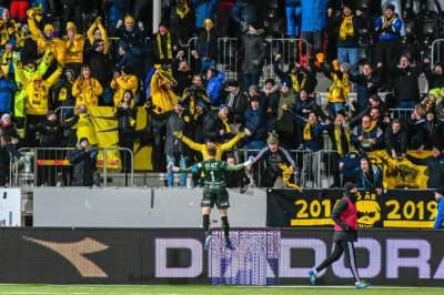 Goleiro comemora com a torcida em Glimt - Crédito: Kent Even Grundstad