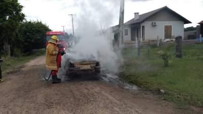 Veículo pega fogo na rua da Praia