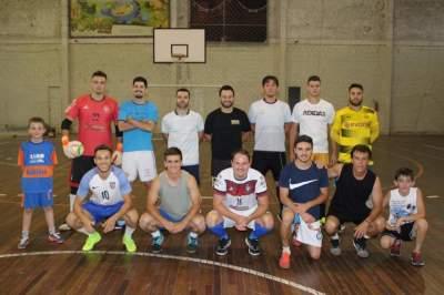 A turma de uma das tantas sextas de futsal: camisas brancas contra escuras