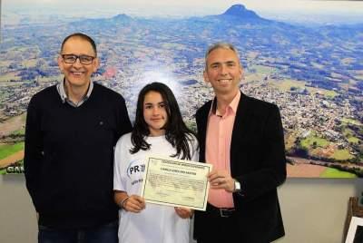 Prefeito Paulo e secretário Jorge Mallmann com Camila